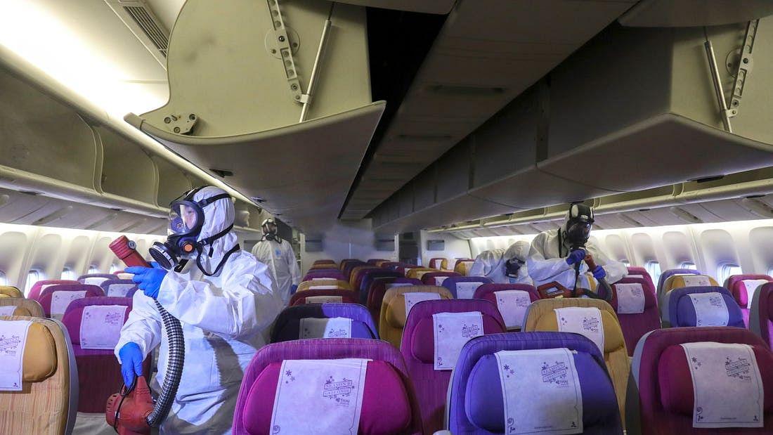 कोरोना: दिल्ली आ रही प्लेन में पैसेंजर के छींकने से मचा हड़कंप, डर के मारे इमरजेंसी गेट से नीचे कूदा पायलट