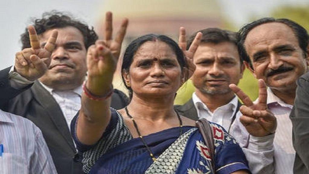 दोषियों को फांसी देने को बाद निर्भया की मां बोलीं- आज सूरज भारत की बेटियों के लिए उम्मीद की नई किरण लेकर उगा