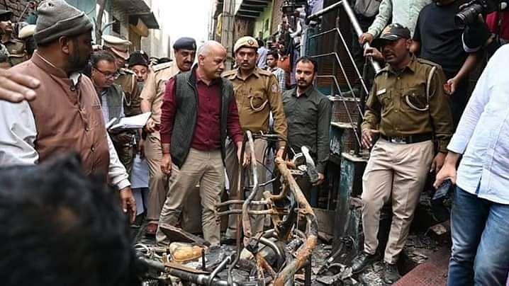 जब जल रही थी दिल्ली तो सिसोदिया ने कर दिया साथ जाने से इनकार, अब राख में दे रहे हैं तसल्ली
