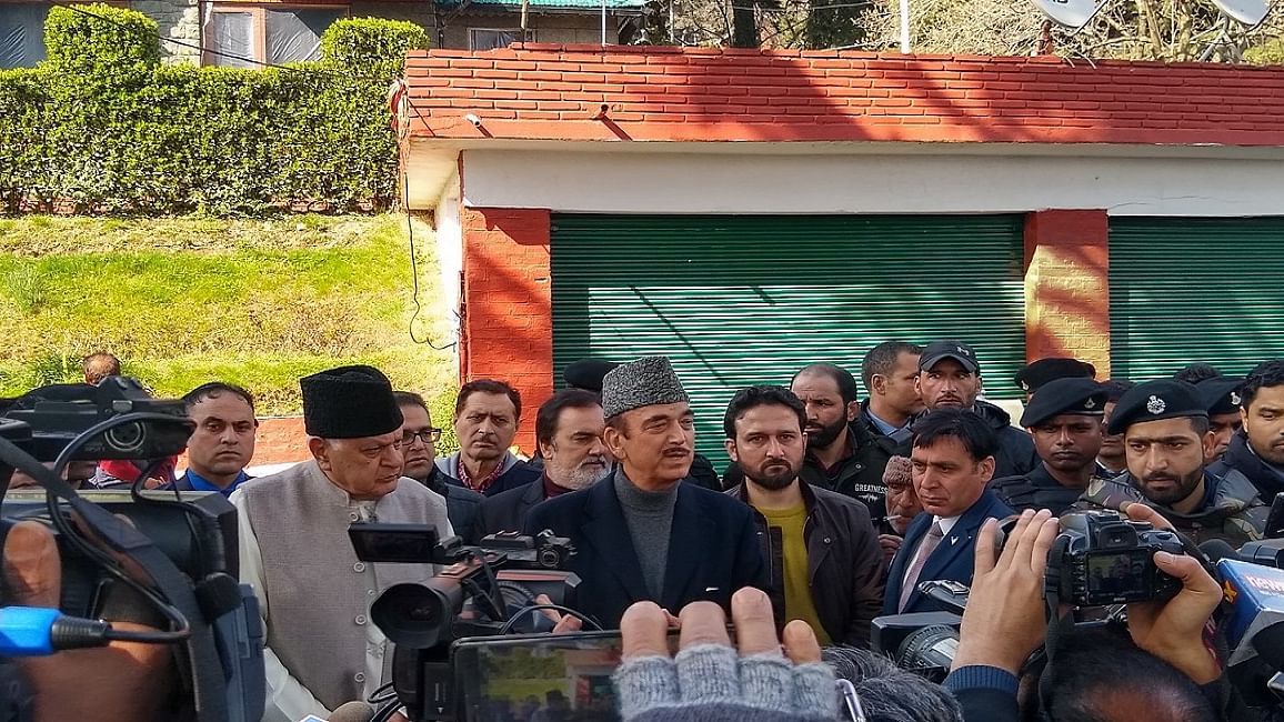 नजरबंदी से रिहा फारूक अब्दुल्ला से मिलने श्रीनगर पहुंचे आजाद, सरकार से की राज्य में लोकतंत्र बहाली की मांग