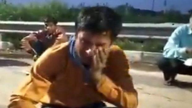 वीडियो देखकर आंखें हो जाएंगी नम: तीन दिन से भूखा था युवक,  खाना मिला तो आंखों से होने लगी आंसुओं की बारिश