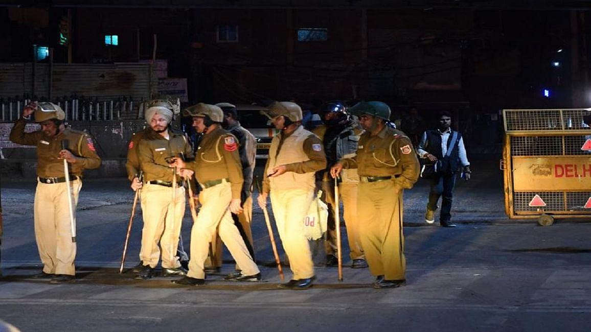 दंगों के बाद सामान्य  होने की कोशिश में  उत्तर-पूर्वी दिल्ली, पुलिस के कड़े पहरे में होली का उल्लास फीका