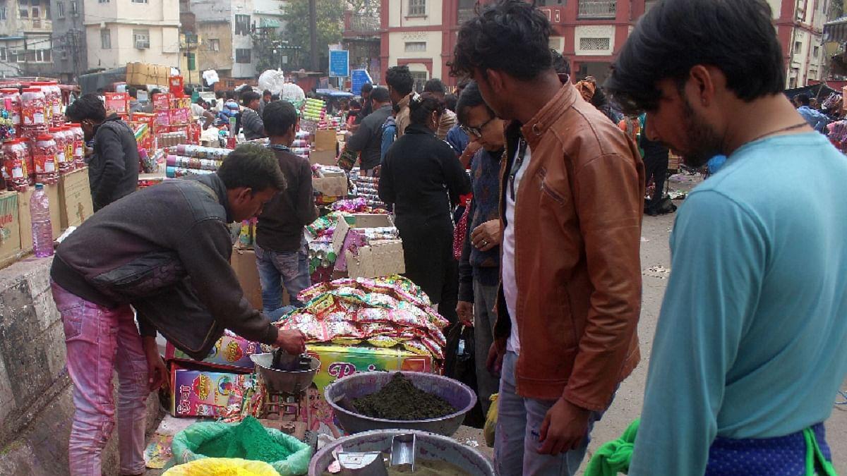 कोरोना और दिल्ली हिंसा के कारण इस बार बेरंग हो सकती है होली, दुकानदार परेशान