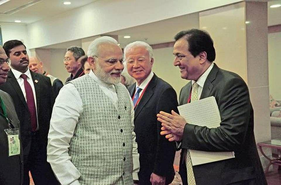 """(<i>प्रधानमंत्री नरेंद्र मोदी के साथ यसबैंक के पूर्व एमडी राणा कपूर – फोटो <a href=""""https://www.thehindu.com/business/Industry/financial-sector-emerges-as-backbone-of-green-economy-yes-bank-chief/article22778069.ece"""">फरवरी2018 में द हिंदू</a> में प्रकाशित</i>)"""
