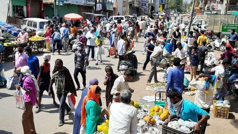 कोरोना वायरस: बाहरी दिल्ली में शाम होते ही निकल जाता है सामाजिक दूरी का दम, लॉकडाउन का भी कोई असर नहीं
