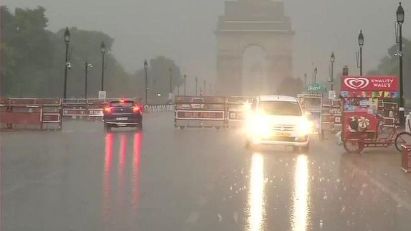 दिल्ली-एनसीआर में जोरदार बारिश के साथ पड़े ओले, सड़कों पर भरा पानी, इन इलाकों में ट्रैफिक जाम