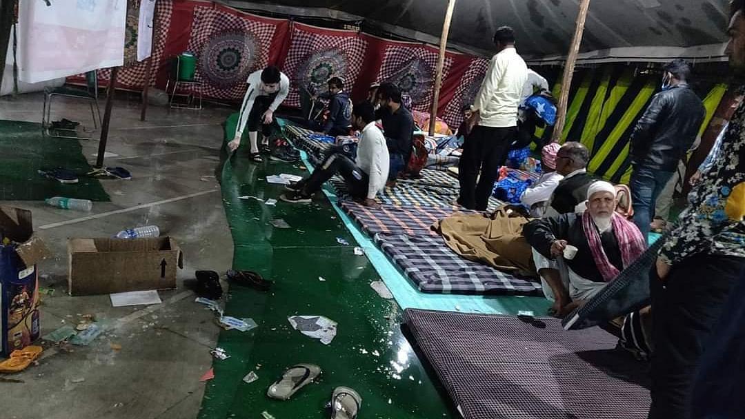 दिल्ली हिंसा: अब पीड़ितों पर बारिश ने ढाया सितम, मुस्तफाबाद शिविर में घुसा पानी, गीले फर्श पर बैठने को मजबूर