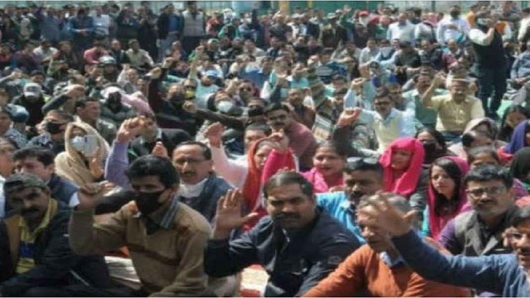 उत्तराखंडः हड़ताली कर्मचारियों पर 'महामारी एक्ट' में केस, बीजेपी सरकार पर कोरोना के बहाने विरोध कुचलने का आरोप