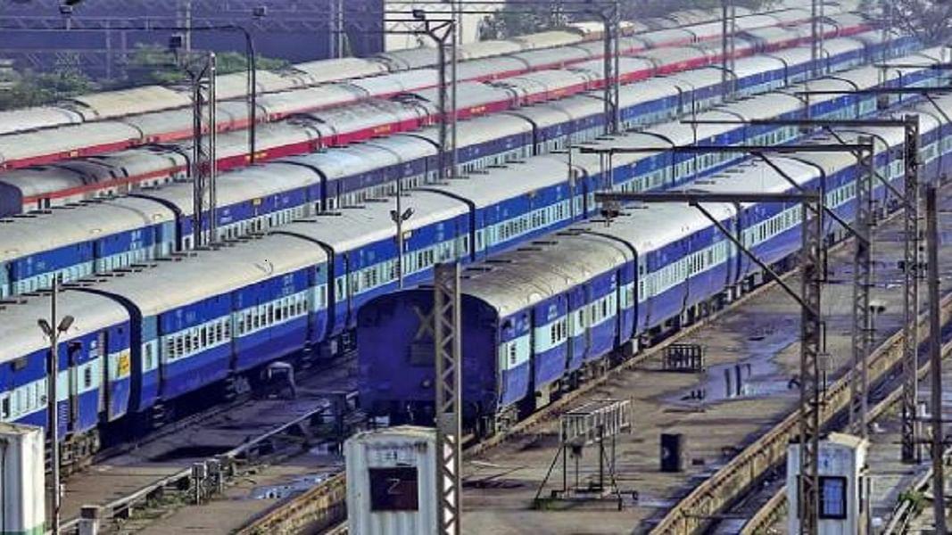 कोरोना पर शिवसेना ने मोदी सरकार को दिखाया आईना, कहा- काफी पहले बंद करनी चाहिए थी रेल सेवा