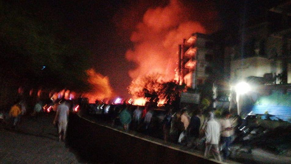 दिल्ली के शाहीन बाग इलाके में भयंकर आग, फर्नीचर की दुकान जलकर खाक