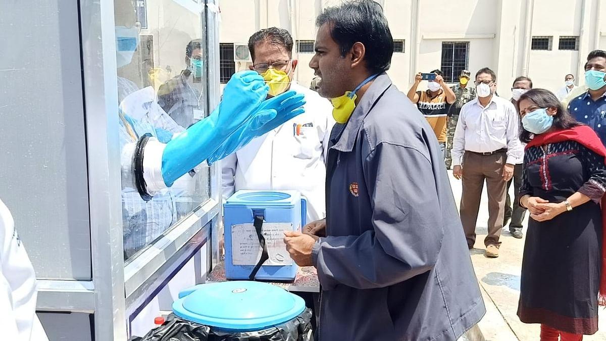झारखंडः चाईबासा में लगा अनोखा कोरोना सैंपल कलेक्शन बूथ, डीडीसी ने बनाया सुरक्षित और सस्ता उपाय
