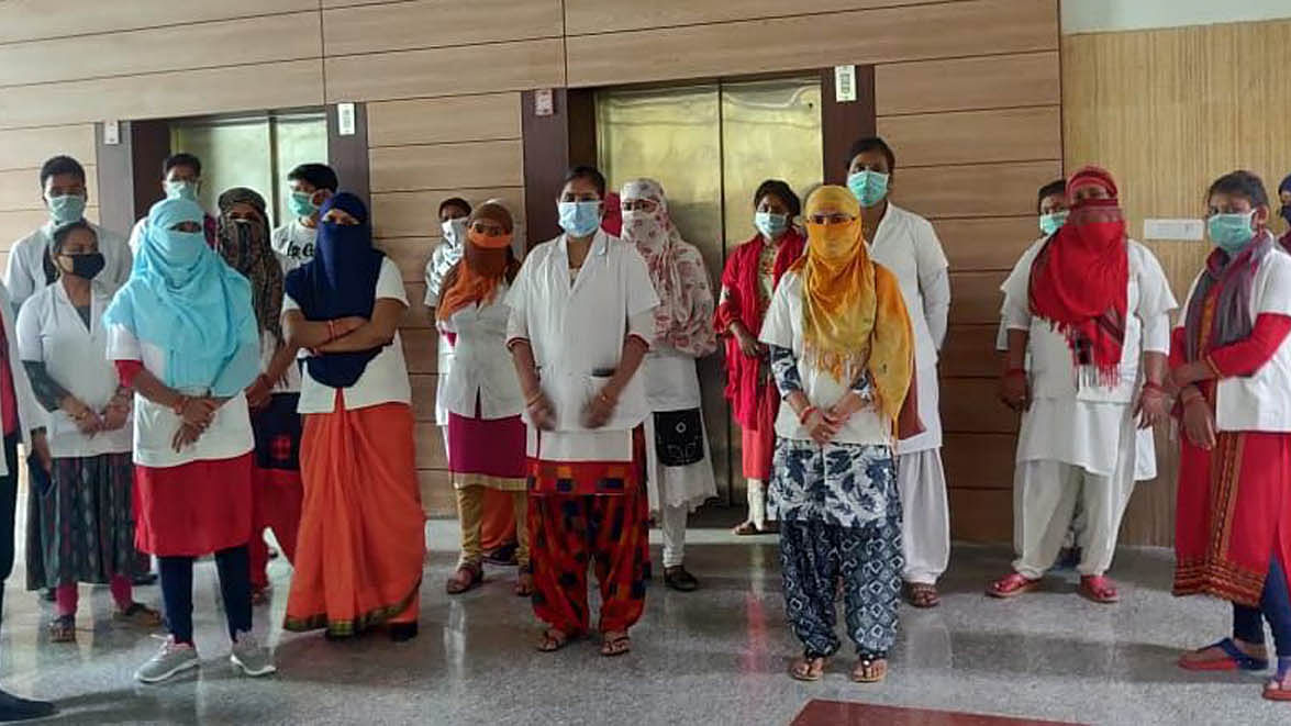 यूपी में कोरोना सुरक्षा किट मांगने पर 26 हेल्थ वर्कर बर्खास्त, इधर सम्मान में थाली-ताली बजवाते रह गए पीएम