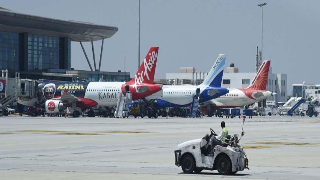 कोरोना: एयरलाइंस ने 'बीच की सीट खाली रखने' के सरकार के प्रस्ताव को ठुकराया, कहा- पहले से ही हम घाटे में हैं