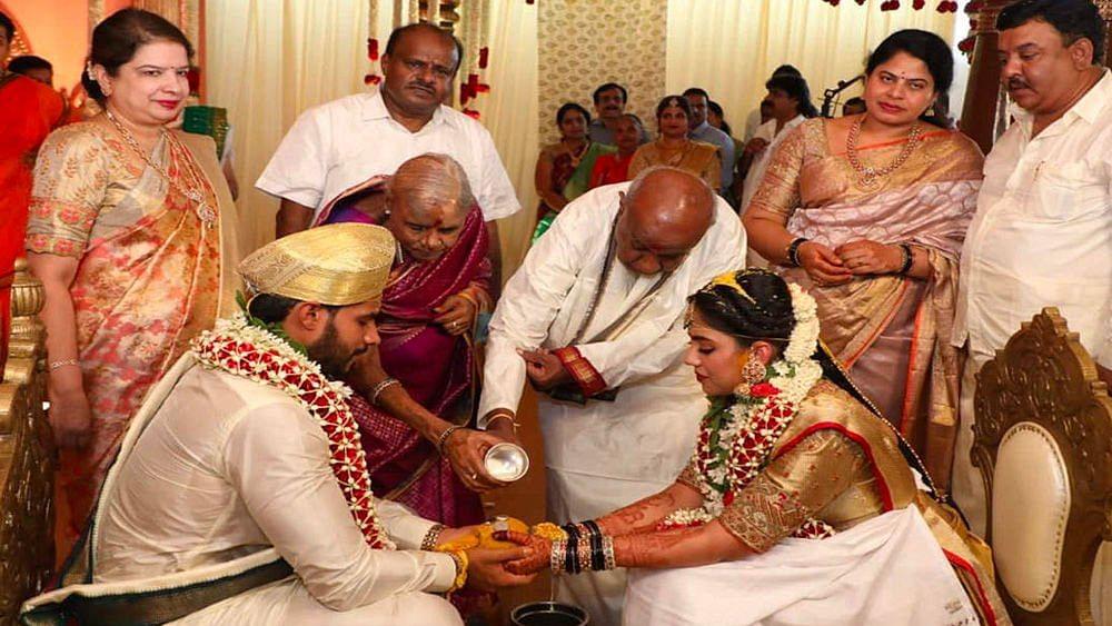 कर्नाटक में लॉकडाउन सिर्फ गरीबों के लिए, पूर्व सीएम के बेटे की शादी में  उड़ी सोशल डिस्टेंसिंग की धज्जियां