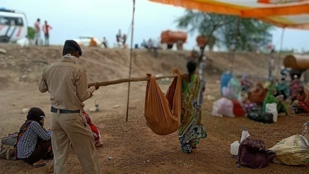 दिव्यांग बेटे के लिए श्रवण कुमार बनी मां, कंधे पर टांगकर 1000 किलोमीटर पैदल चली