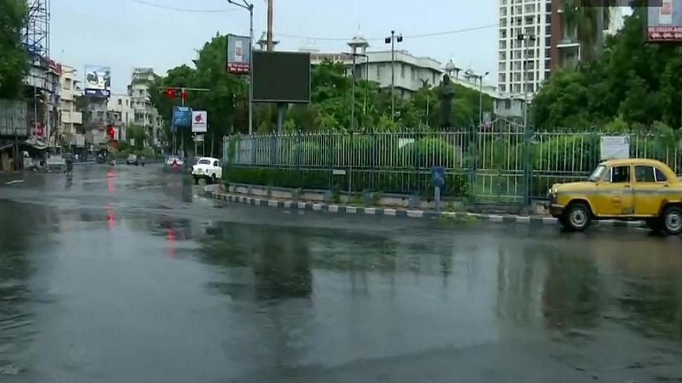 अम्फान ने आंधी-बारिश के साथ बंगाल में  दी दस्तक, कहर से निपटने के लिए एनडीआरएफ की 36 टीमें तैनात, 24 बैकअप में