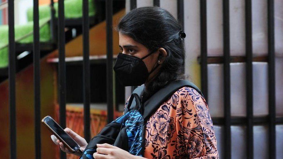 यूपी: कोरोना मरीजों के मोबाइल फोन इस्तेमाल करने पर लगी पाबंदी, अखिलेश ने बोले- जनता से दुर्दशा छिपाने की साजिश
