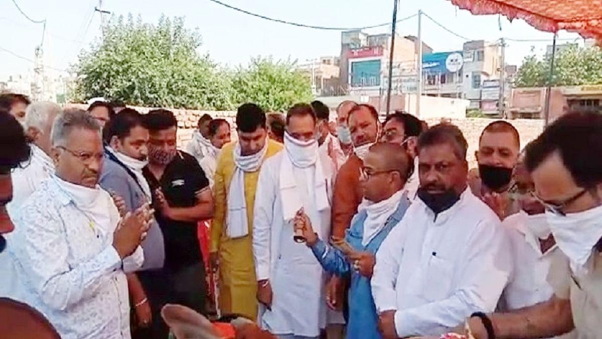हरियाणा में बीजेपी विधायक ने उड़ाया लॉकडाउन का मखौल, कार्यकर्ताओं की भीड़ के बीच किया गौशाला का उद्घाटन