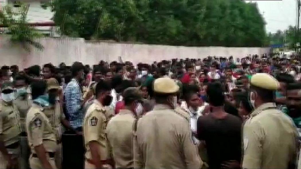 बड़ी खबर LIVE: एलजी पॉलीमर्स के बाहर ग्रामीणों ने किया प्रदर्शन, गैस लीक में गई थी 11 लोगों की जान