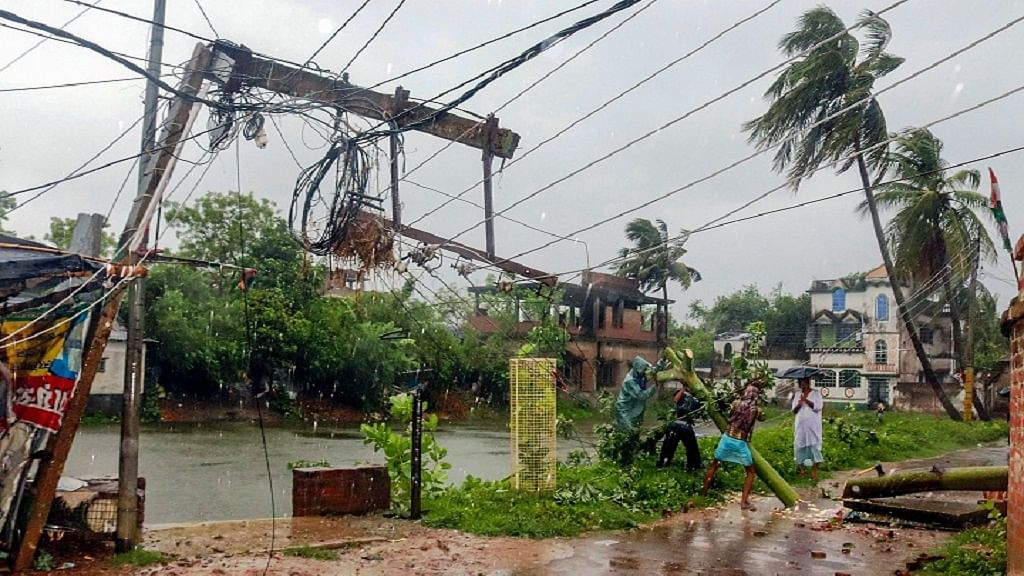 'अम्फान' से ओडिशा-बंगाल में भीषण तबाही, 12 से ज्यादा की मौत, राहत कार्य जारी, तस्वीरों में देखें चक्रवात का तांडव
