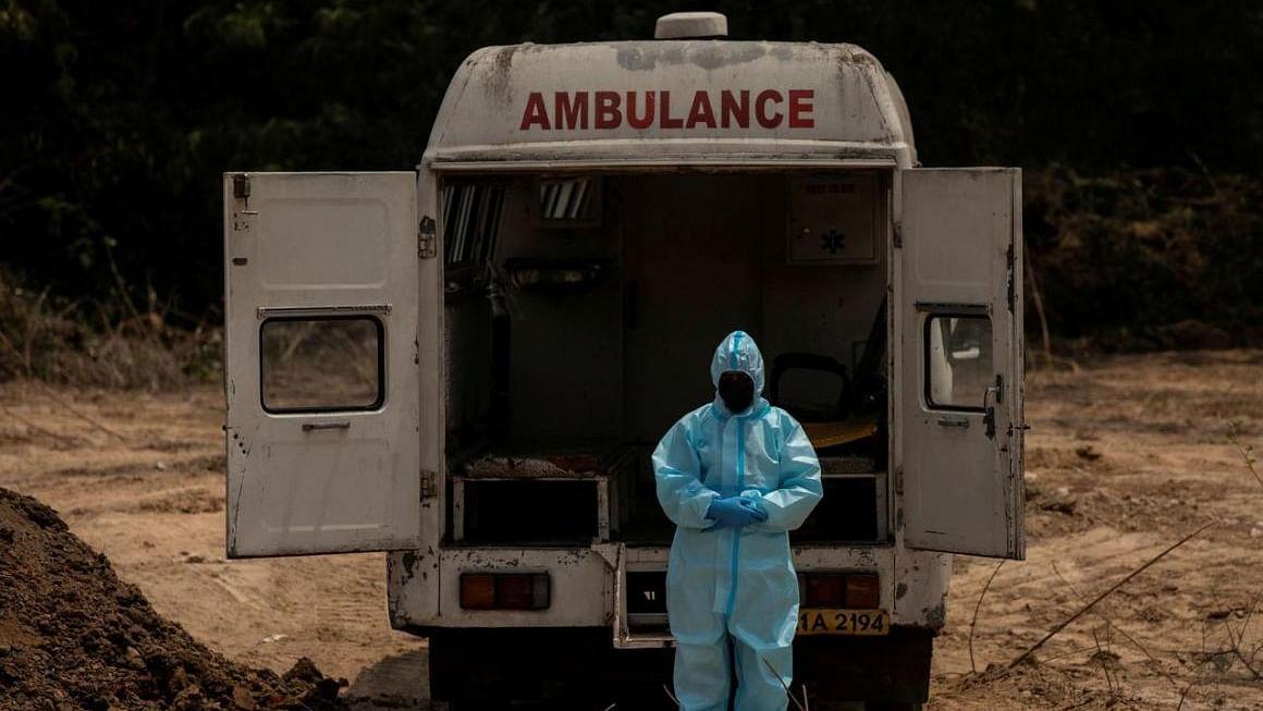 दिल्ली में कोरोना का कहर, हॉस्पिटल में लाश रखने की जगह नहीं, फर्श पर पड़े हैं 28 शव