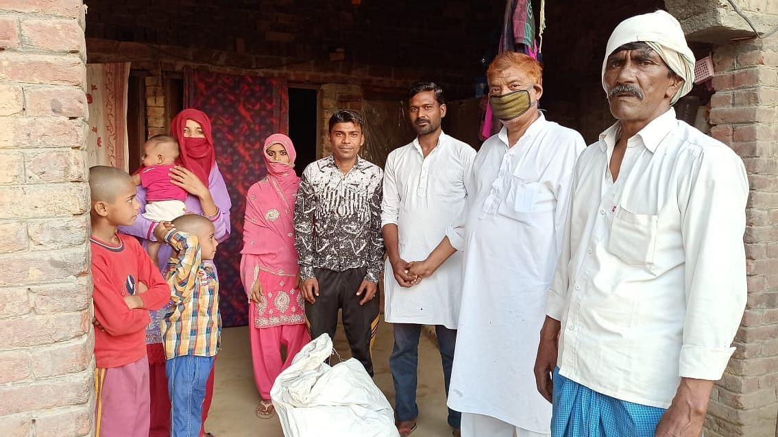 उत्तर प्रदेश में बच्चे को दूध न मिलने पर बेबस था परिवार, प्रियंका गांधी की मदद से चेहरे पर लौटी खुशी