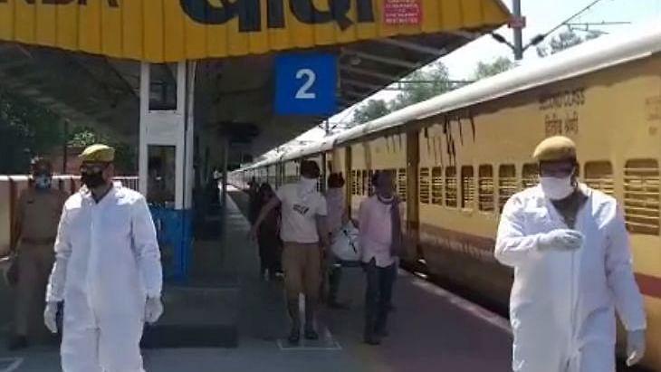 गुजरात से 1,908 मजदूरों को लेकर बांदा पहुंची ट्रेन में बुजुर्ग महिला की मौत, श्रमिकों की सूची में भी भारी अंतर