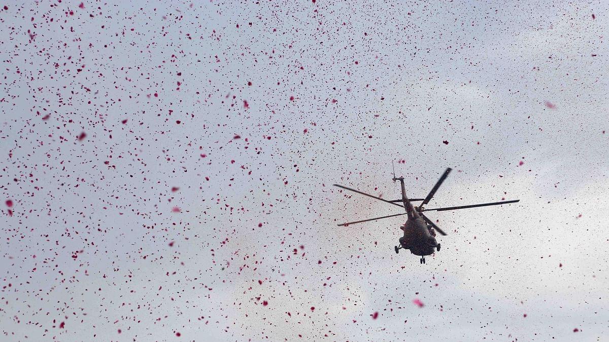 कोरोना योद्धाओं को तीनों सेनाओं का सलाम, अस्पतालों पर की फूलों की बारिश, तस्वीरों में देखें अनुठा नजारा
