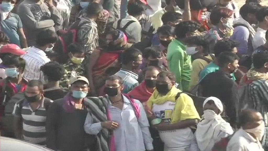दिल्ली-गाजीपुर बॉर्डर पर प्रवासी श्रमिकों का उमड़ा जनसैलाब, सीएम योगी के आदेश के बाद यूपी में नहीं मिली एंट्री