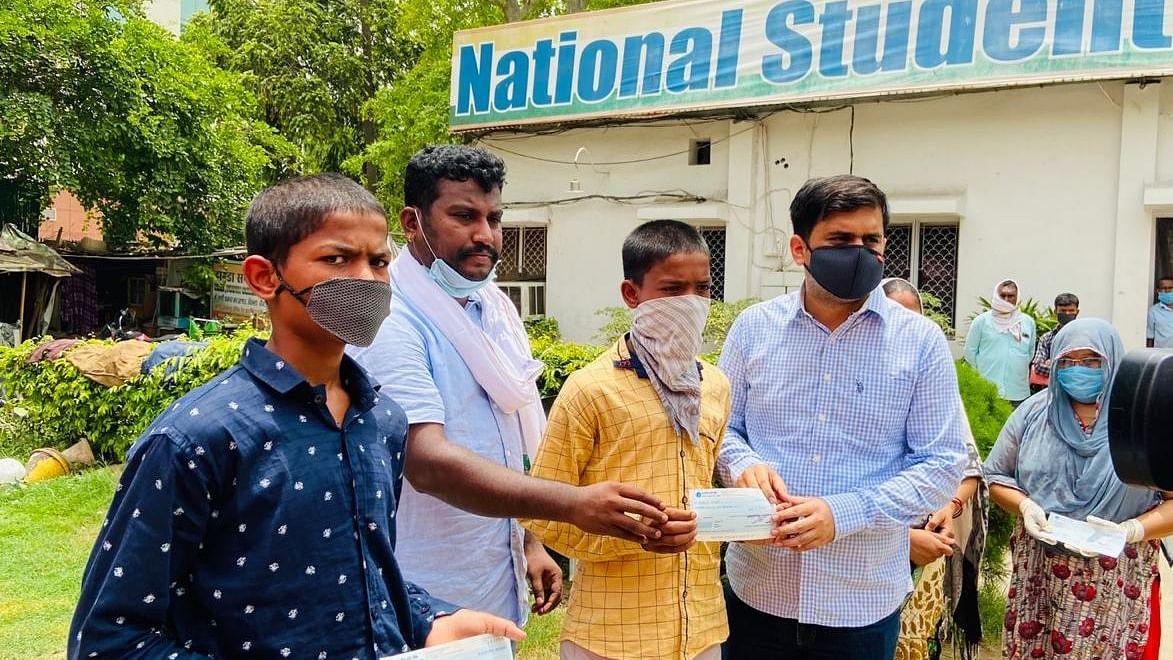 एनएसयूआई ने रक्तदान कर मनाया राहुल गांधी का जन्मदिन, कई कोरोना पीड़ितों को दी आर्थिक मदद