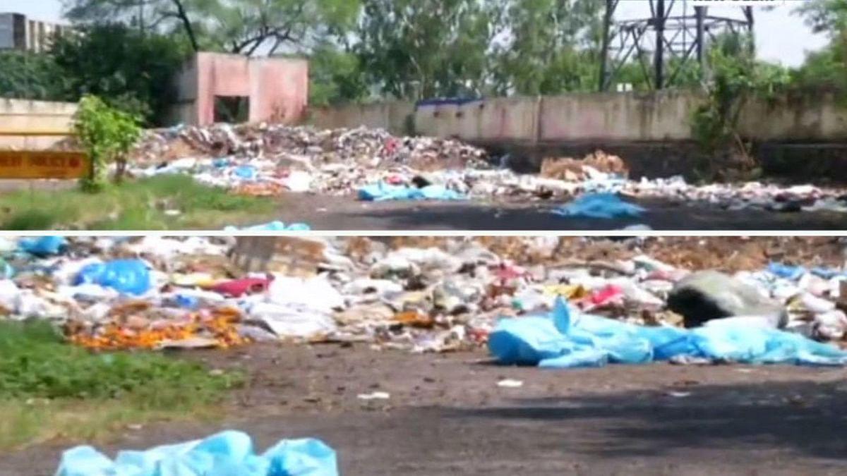 दिल्ली के दयानंद श्मशान घाट पर लगे हैं फेंके गए पीपीई किट के ढेर