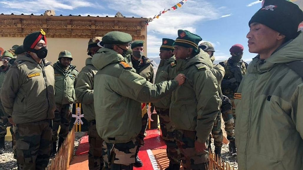 चीन से तनाव के बीच सेना प्रमुख पहुंचे पूर्वी लद्दाख, सीमावर्ती इलाकों का किया दौरा, लिया हालात का जायजा