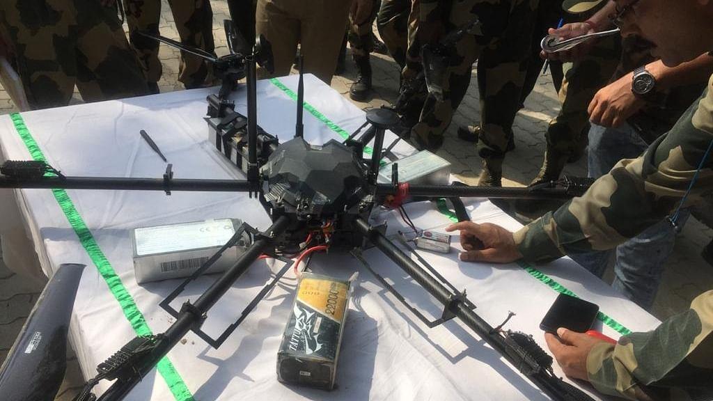 बीएसएफ ने जम्मू-कश्मीर में हथियार ले जा रहे पाक ड्रोन को मार गिराया, हो रही थी हथियार की तस्करी