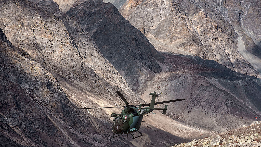 भारतीय वायुसेना के हेलीकॉप्टर 'ध्रुव' को पूर्वी लद्दाख में करनी पड़ी अचानक लैंडिंग, सभी जवान सुरक्षित