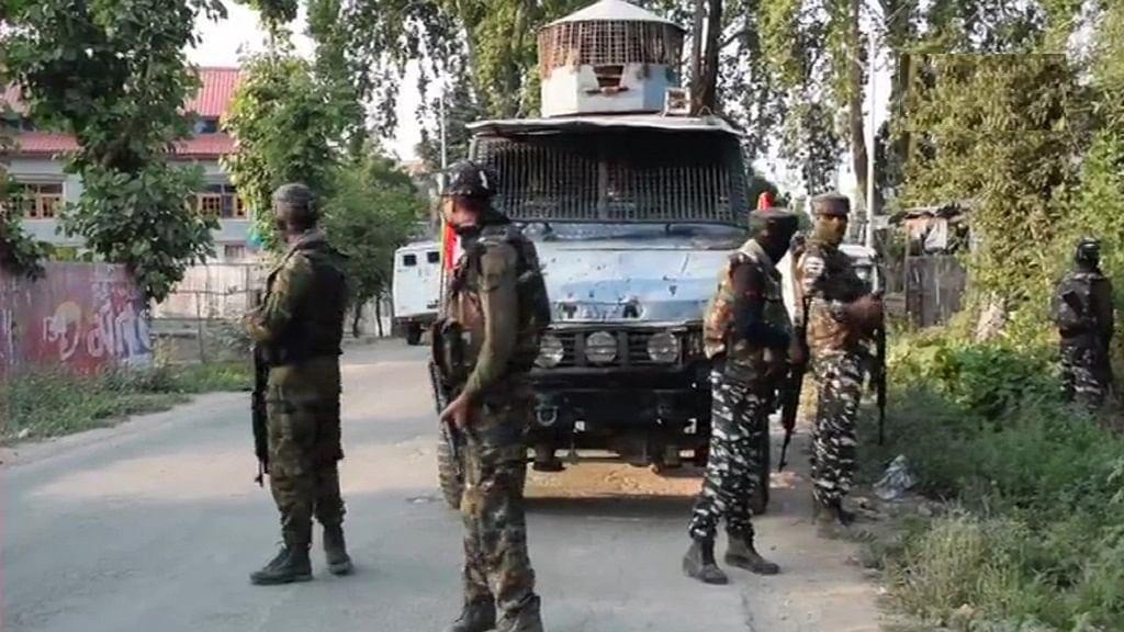 जम्मू-कश्मीर: पुलवामा में सुरक्षा बलों से मुठभेड़ में दो आतंकी मारे गए, एक जवान शहीद