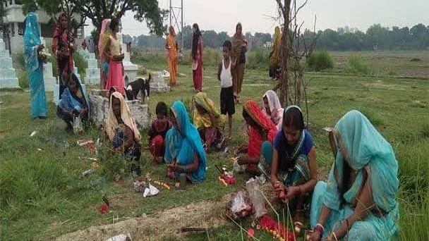 वीडियो: कोरोना मैय्या की जय! बिहार, झारखंड और यूपी में महिलाओं ने की पूजा, जानें 9 लड्डू और लौंग का कनेक्शन!