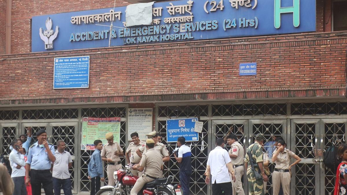 दिल्ली में कोरोना पीड़ितों की भारी दुर्गति, कहीं बेड पर पड़े शव, तो कहीं इलाज के लिए लाखों रुपए की मांग