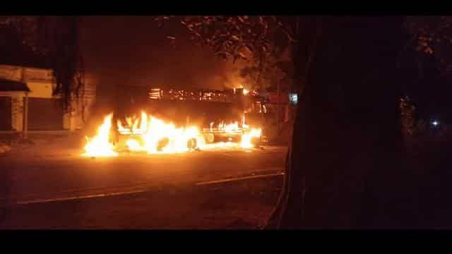 बिहार में बेकाबू ट्रक ने सड़क किनारे खड़े 8 लोगों को रौंदा, 3 की मौत, गुस्साए लोगों ने ट्रक में लगाई आग