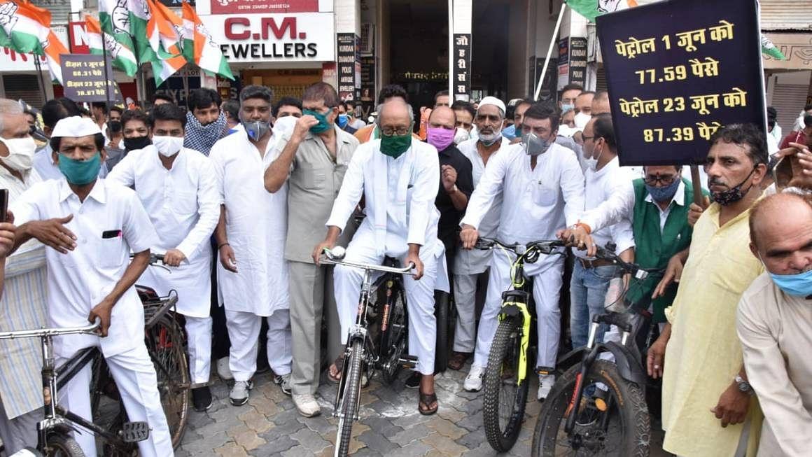 पेट्रोल-डीजल की बढ़ी कीमतों को लेकर कांग्रेस का हल्ला बोल, देशभर में में जोरदार प्रदर्शन
