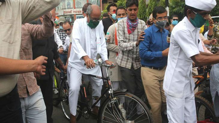 भोपाल में तेल के दामों के खिलाफ कांग्रेस का हल्ला बोल, दिग्विजय सिंह समेत 150 कांग्रेस कार्यकर्ताओं पर केस दर्ज