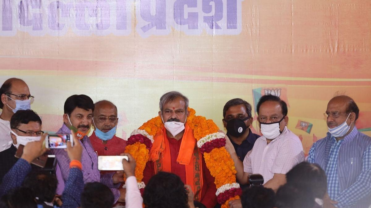 दिल्ली BJP अध्यक्ष के पदभार  समारोह में स्वास्थ्य मंत्री हर्षवर्धन की मौजूदगी में ताक पर  '2 गज की दूरी' का नियम