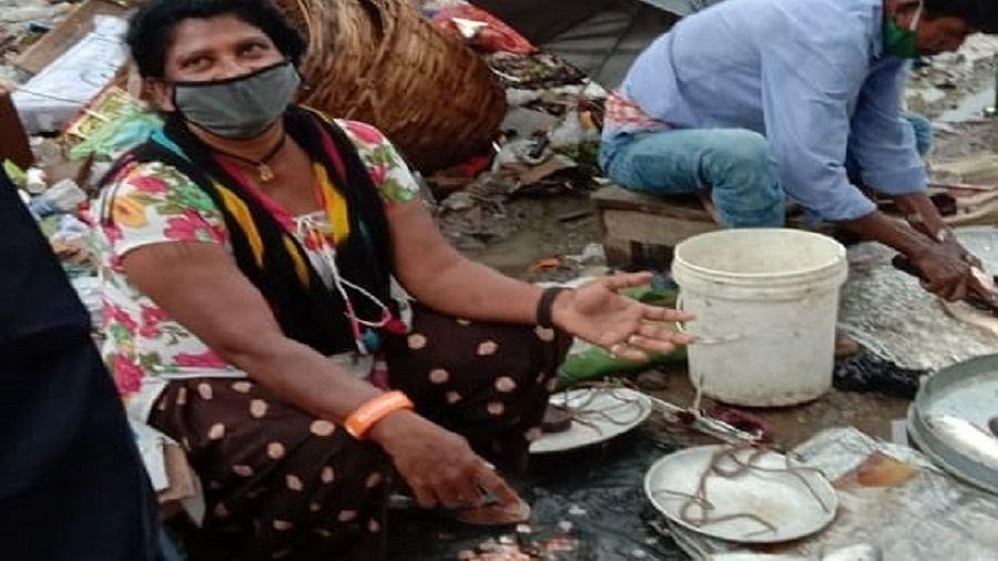 कोरोना संकट में मछली बेचने को मजबूर 'सर्कस क्वीन, असम में फंसी टीम के बाकी कलाकार दिहाड़ी मजदूरी में लगे