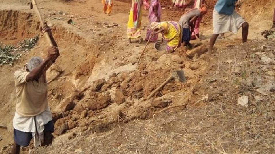 सोना तराशने वाले मनरेगा में गडढे खोदने को मजबूर, लॉकडाउन से पश्चिम बंगाल लौटे कारीगरों का हाल
