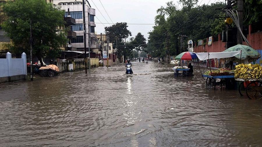 दिल्लीः अन्ना नगर में अभी भी कई मकान हादसे की जद में, बारिश से भय में दरारों के बीच जी रहे लोग