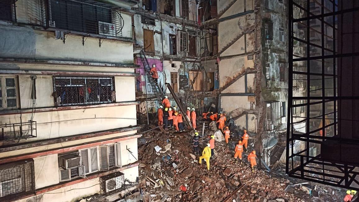 मुंबई में एक दिन में दो इमारत हादसे का शिकार, 6 लोगों की मौत, कई घायल, बचाव का काम जारी