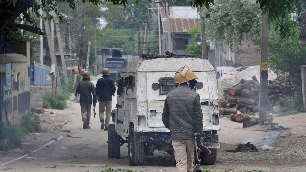 जम्मू-कश्मीर: पुलवामा में सेना और आतंकियों के बीच मुठभेड़, एक आतंकी ढेर, दो जवान भी हुए घायल
