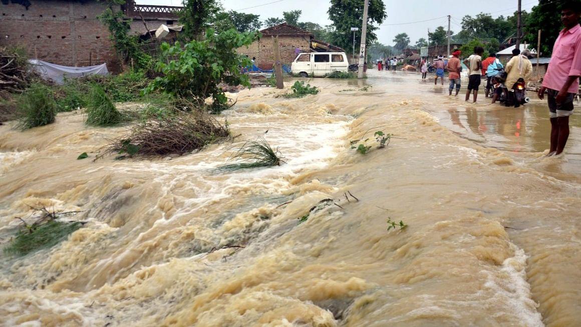 कोरोना के बाद बाढ़ से बिहार का बुरा हाल, नदियां उफान पर, कई क्षेत्रों में घुसा बाढ़ का पानी