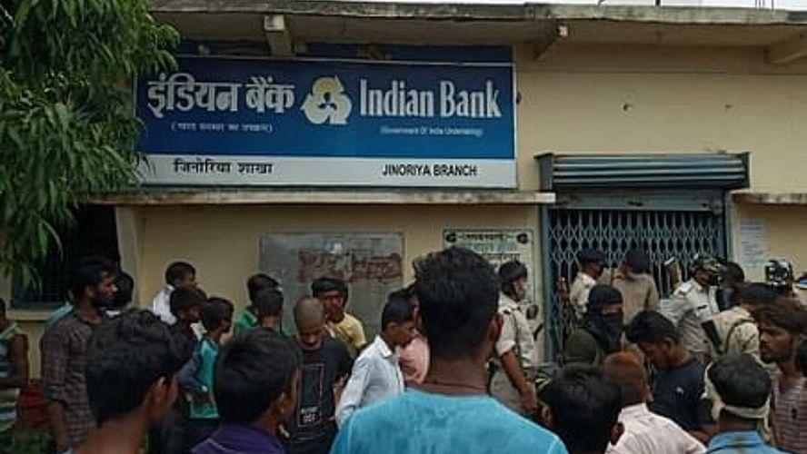 बिहार में दिनदहाड़े बैंक से 69 लाख रुपये की लूट, विरोध करने पर गार्ड को मारा चाकू