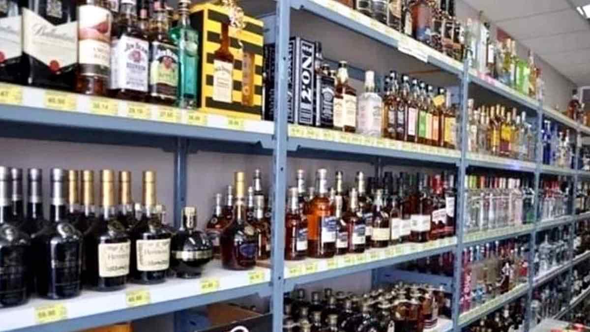 यूपी में कोरोना का कोहराम लेकिन सरकार को शराब बिक्री की फिक्र! अब शॉपिंग मॉल में भी मिलेगी महंगी शराब