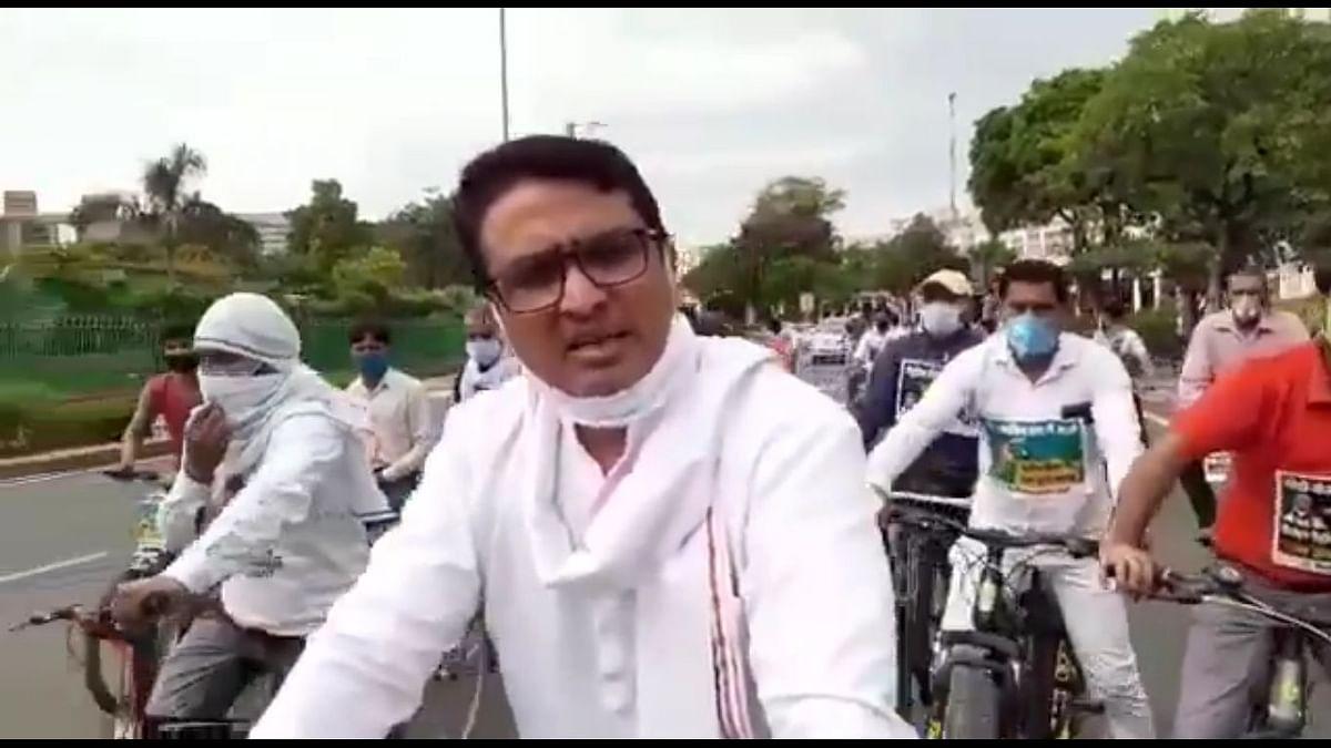 दिल्ली: पेट्रोल-डीजल की कीमतों में वृद्धि के खिलाफ कांग्रेस की 'साइकिल यात्रा', सांसदों को सौंप गए ज्ञापन